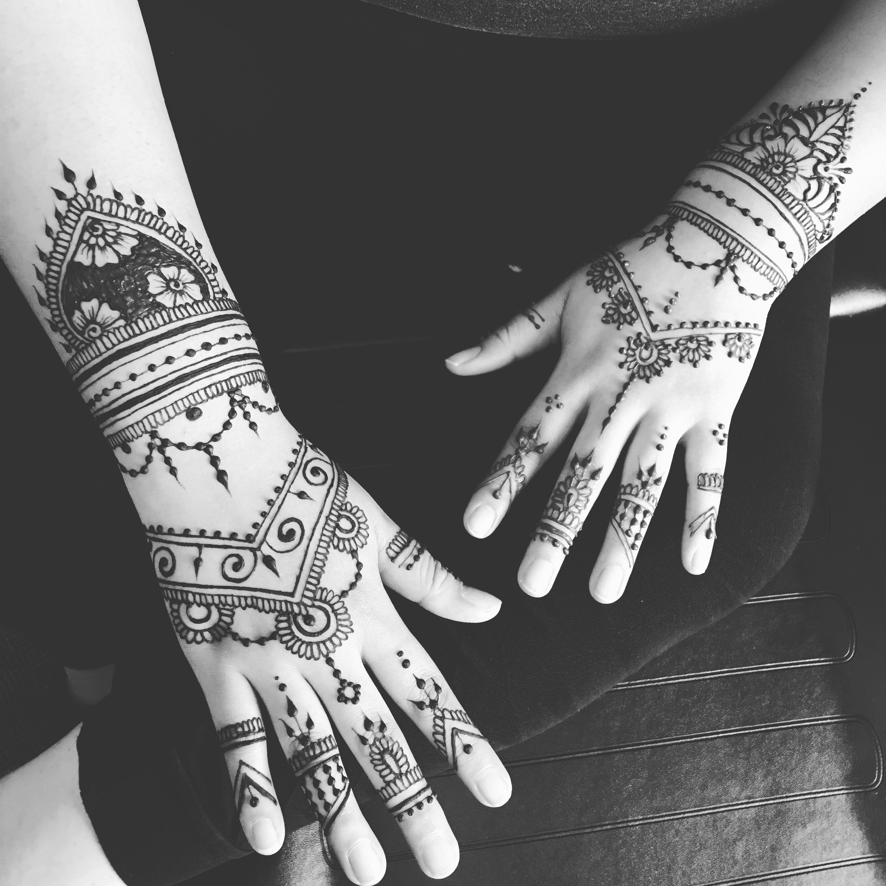 henna_two_hands