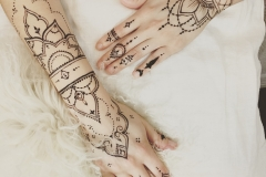 two_hands_jewelry_style_henna